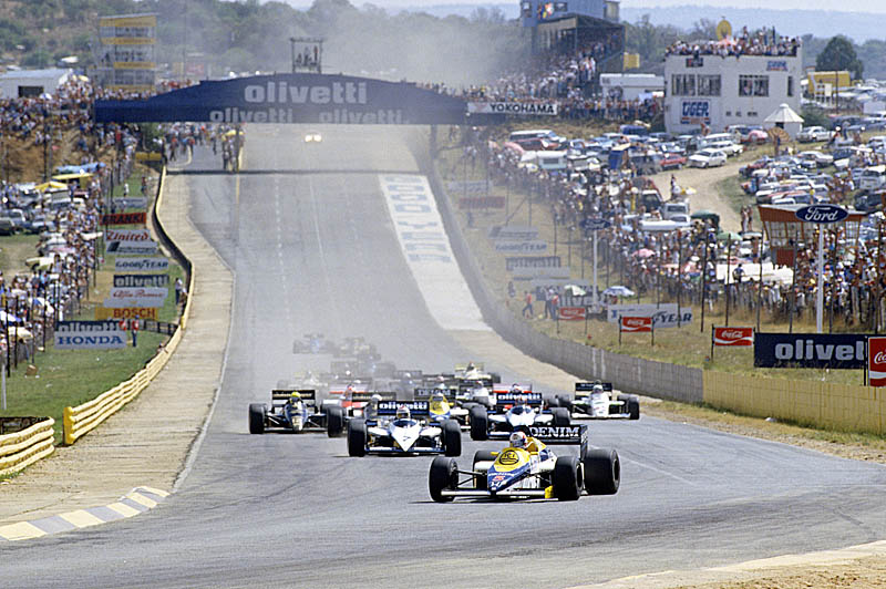 Kyalami, South Africa, 17th - 19th October 1985, RD15. Nigel Mansell, Williams FW10-Honda, leads the field from pole at the start. He went on to lead a Williams one-two in the race. Action. Starts. Photo: LAT Photographic/Williams F1. Ref: 1985williams24
